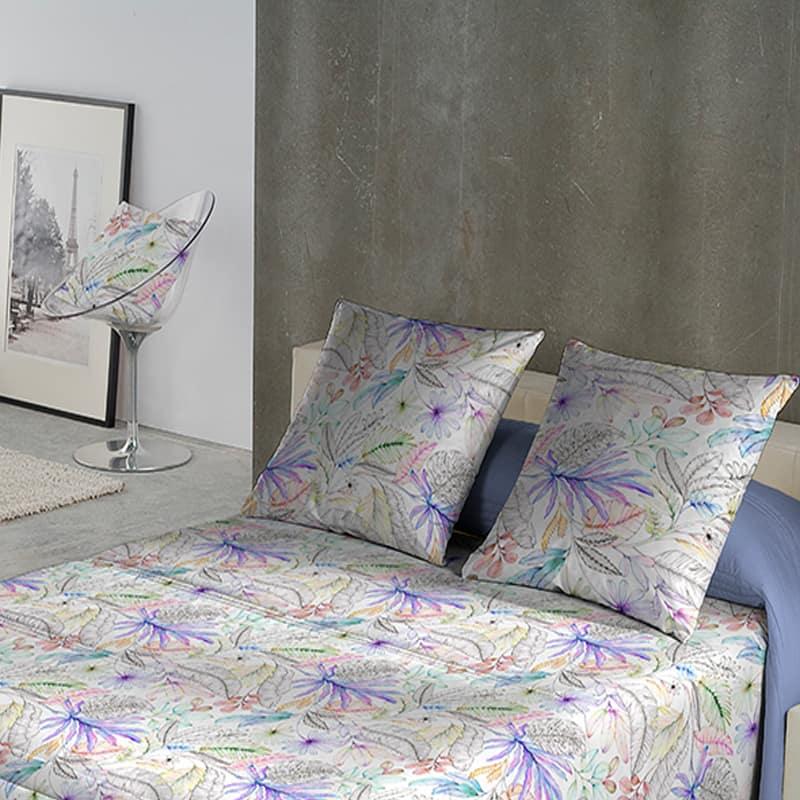 slaapkamer met schilderij en bruin beige muur, bed met gebloemd dekbedovertrek
