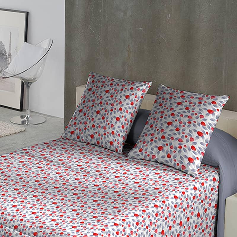 lichte slaapkamer met bed en een bloem dekbedovertrek van egyptisch katoen satijn