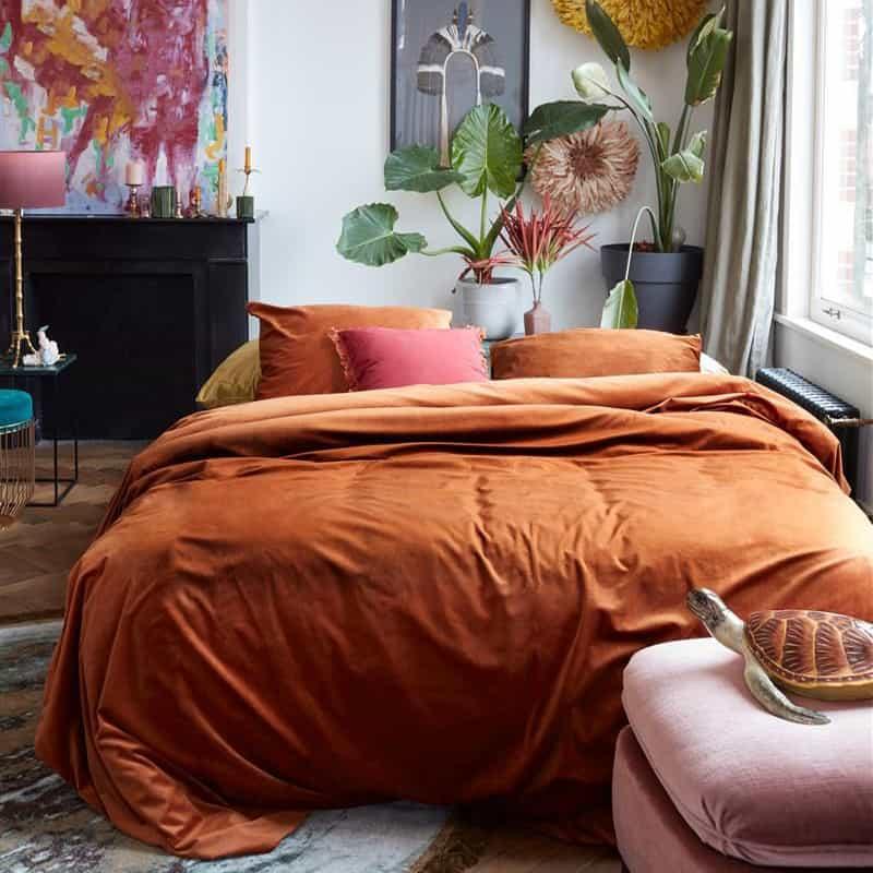 slaapkamer met terra dekbedovertrek van fluweel