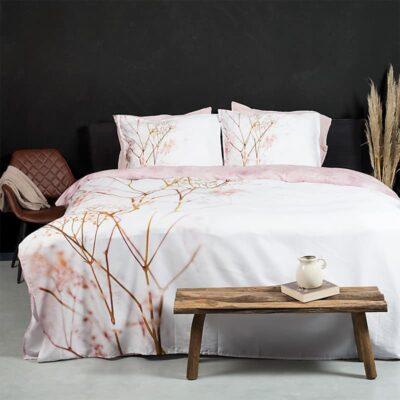 zwarte muur met bed en gebloemd sakura satijnen dekbedovertrek