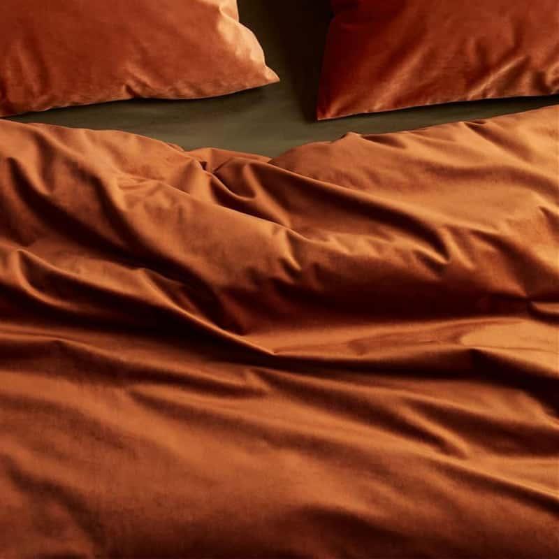 terra gekleurd dekbedovertrek omgeslagen met twee kussens, fluwelen stof
