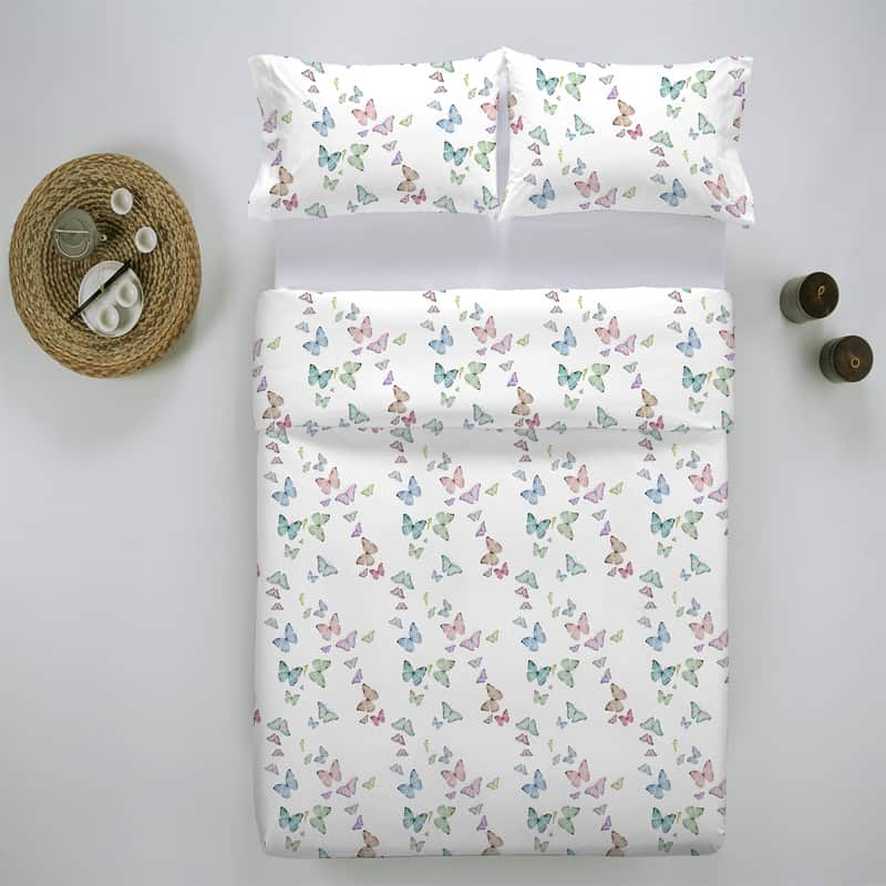 bed van boven af, twee kussens en een dekbedovertrek met vlinder motief