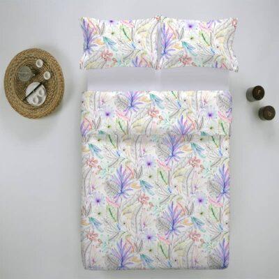 bed, bijzettafel en een gebloemd dekbedovertrek met kleur