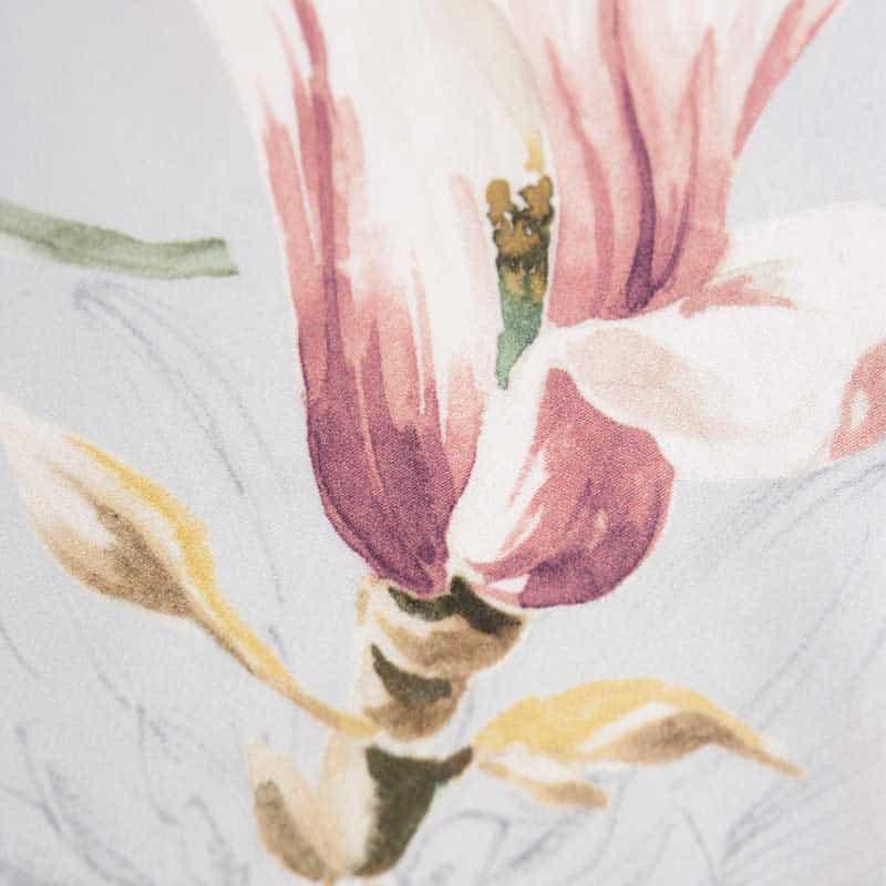 stofje van satijnen dekbedovertrek met bloemen in lichtblauw, roze, geel