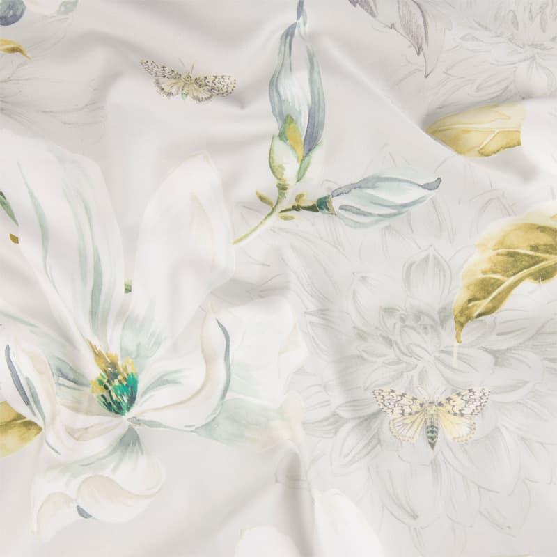 stofje van satijnen dekbedovertrek met bloemen in zilver kleuren