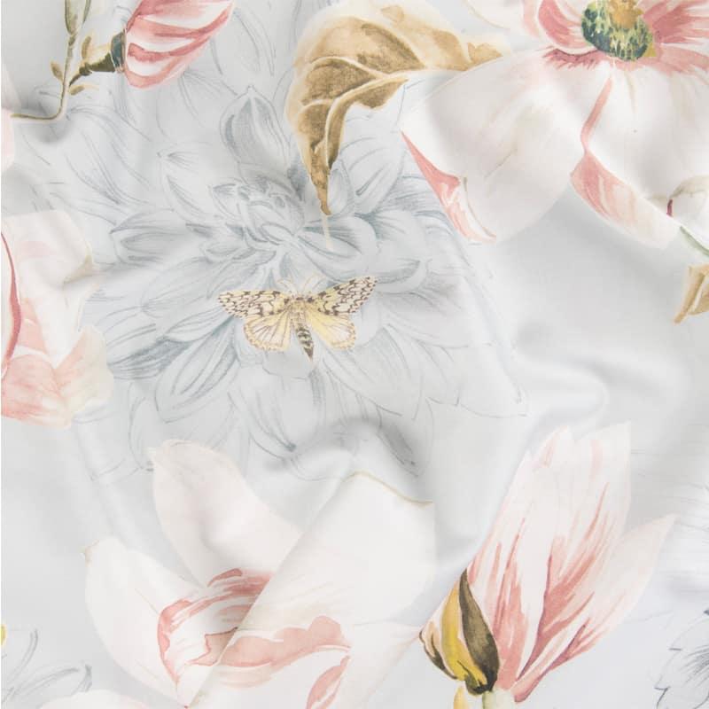 stofje van satijnen dekbedovertrek met bloemen in blauw en roze pastelkleuren