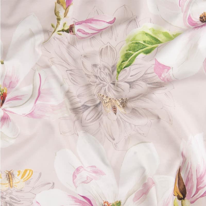 stofje van satijnen dekbedovertrek met roze bloemen