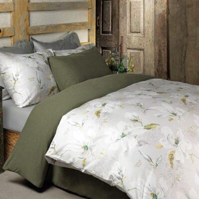slaapkamer met bloemen dekbedovertrek satijn en legergroen dekbed eronder