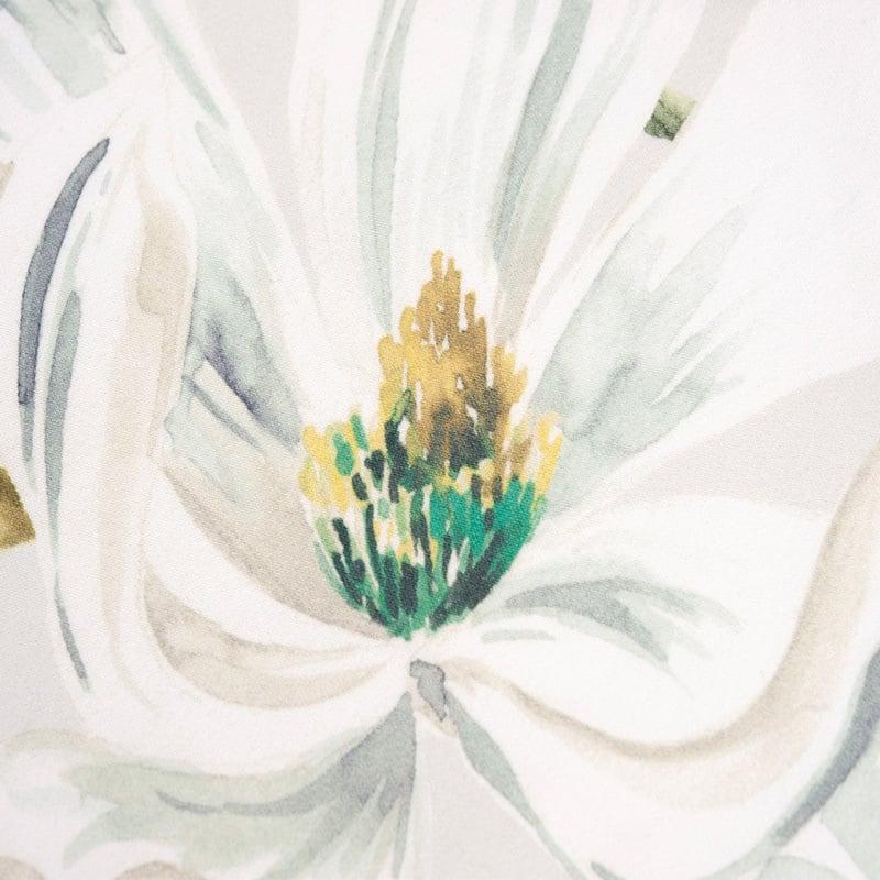 bloem op een satijnen dekbedovertrek