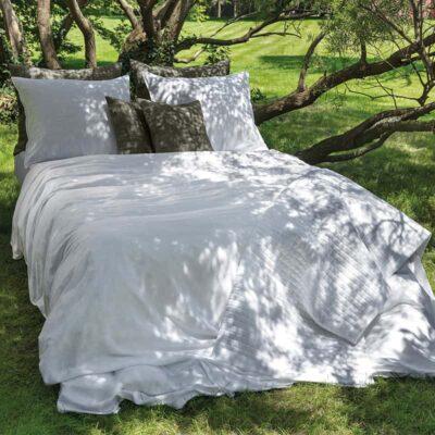wit dekbedovertrek 240x220 buiten op het gras in luxe uitstraling