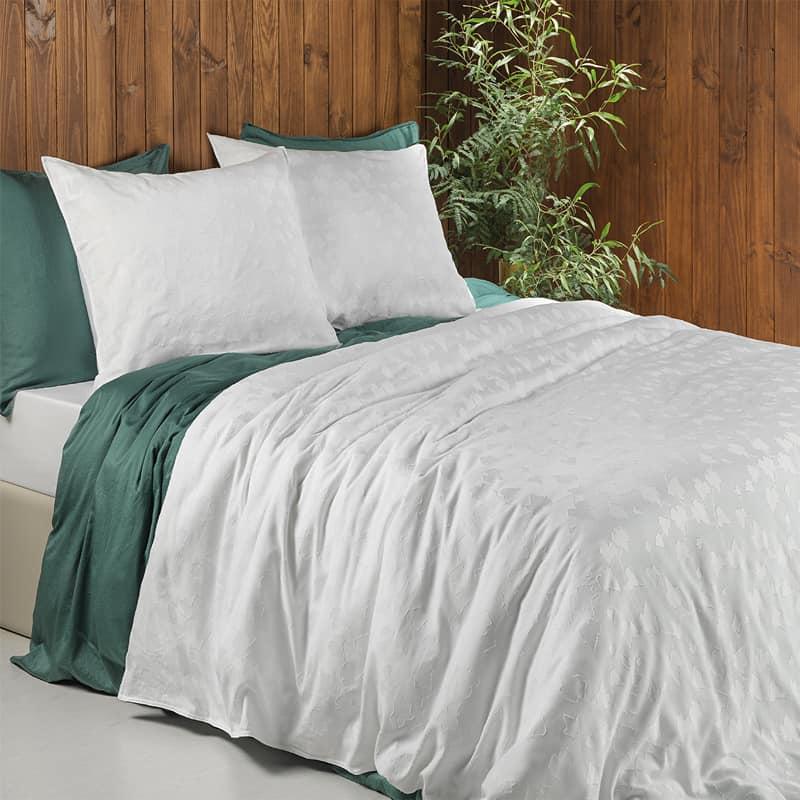 houten achterwand met bed en wit dekbedovertrek