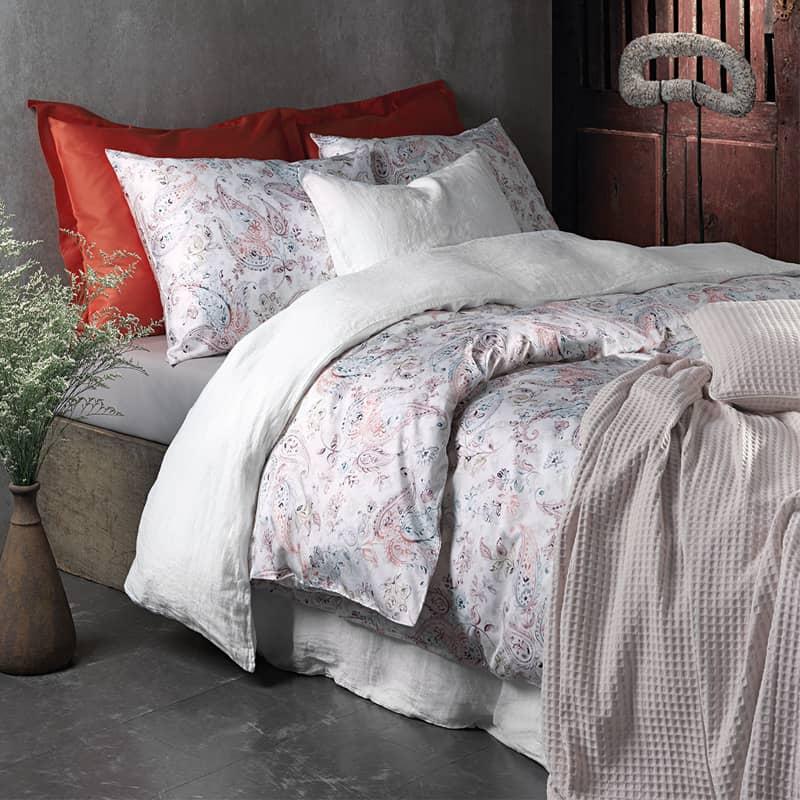 slaapkamer romantisch satijnen dekbedovertrek op bed