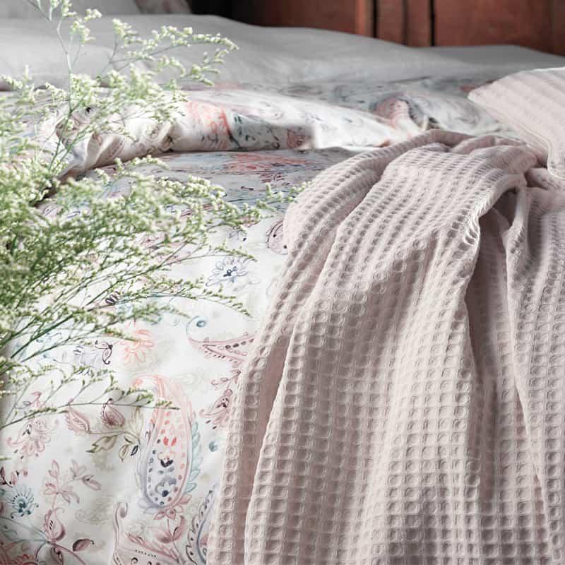 dekbedovertrek met roze bedsprei romantisch