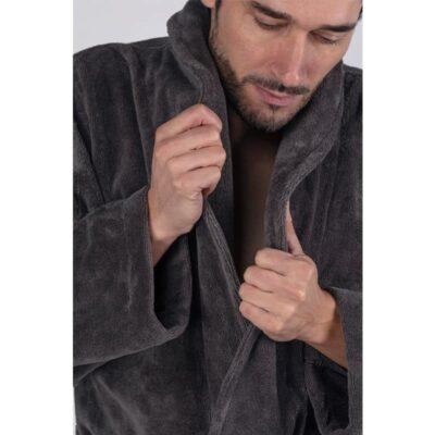 man in heren badjas grijs