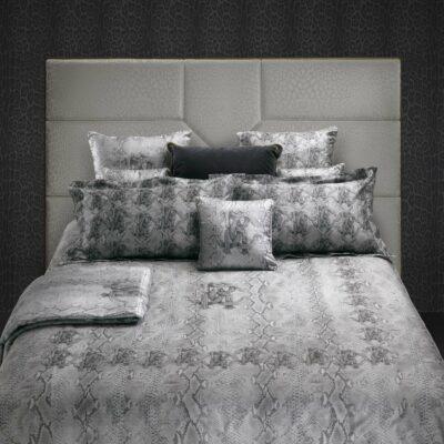 luxe bed met slangenprint dekbedovertrek in grijs zilver