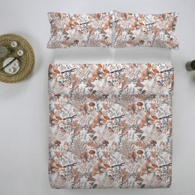 gekleurd bed met flanellen dekbedovertrek met twee kussen en natuur print
